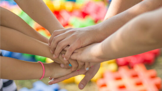 Kinderhände übereinander gestapelt